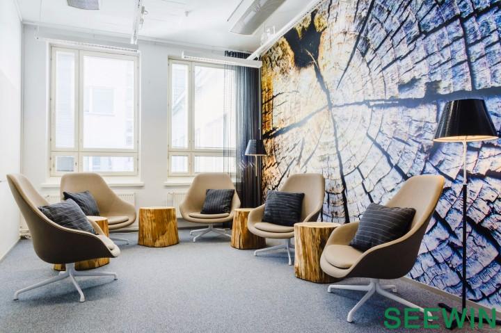项目地点:芬兰 赫尔辛基 项目时间:2013年 项目面积:740平方米 项目类别: 办公室设计,室内设计 设计关键词:高效而优质的办公家具空间;创造更多共享工作空间促进内部积极交流与协作;源于自然的森林以及岛屿主题壁纸成为空间的视觉焦点。  缤纷的色彩不仅赋予空间动感与活力的气息,同样还具有界定空间起到空间导向的作用。设计师赋予开敞的共享工作空间以中性的绿色,并以织物面料与地毯降低公共空间的噪音。一系列宁静而私密的办公室分设在共享空间周边,便于灵活就近使用。最终呈现的效果:一个优雅美丽而又灵活多用的办公空