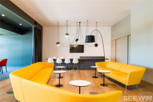 那么你想知道怎样的设计才能让员工感受到温馨,有归属感,像在家一样舒适、安心吗?下面,让小编带大家去看看既温馨又不失个性的办公家具设计。  会议室的设计采用极简的设计概念,选用自然、温和的材料营造出热情的氛围。  大家都知道员工开心工作的重要性,但是对创客空间办公家具的灵活性更要格外注意,必须要满足各种类型的工作和当地职员之间协作需要。  当下的办公室设计大多提倡开放式办公环境,大面积玻璃墙的运用和落地窗相得益彰,缔造出通透的视觉观感。  开放式的工作区设计连接着各个部门,非常有助于团队加强合作。  员工可
