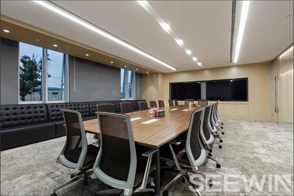 个性办公家具设计呈现一个优雅,极具品味的办公空间