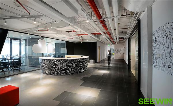 """在办公室的整体空间内设计了多个供员工使用的合作交流空间,每个空间办公家具都采用了一体感的暖色设计。在这些空间里无论是头脑风暴还是独自思索创意,温暖跳跃的颜色能充分激活思想。  官网:www.shiminjiaju.com 诗敏办公家具原创资讯,转载前请附上""""——来自诗敏家具官方资讯"""",否则将视为侵权"""