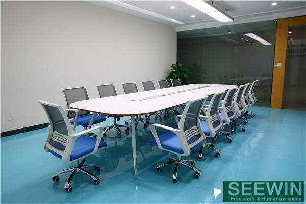 办公桌是最与人接触最频繁的办公用家具,办公桌桌面板的形状就应该考虑人性化的弧度设计,目前我们能够见到的一般有直桌、L形桌、曲形桌等,这些办公桌桌面形状在边角的设计上,一般都不会是直角直棱的,通常会有弧度,或者是通过封边工艺来实现弧度,最终的目的大都是为了使用起来更舒适体贴。