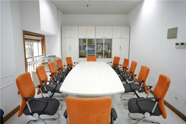 如何通过坐垫和靠背来选择合适的办公椅