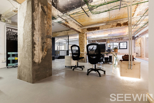 斑驳印迹的工业风办公家具空间美学