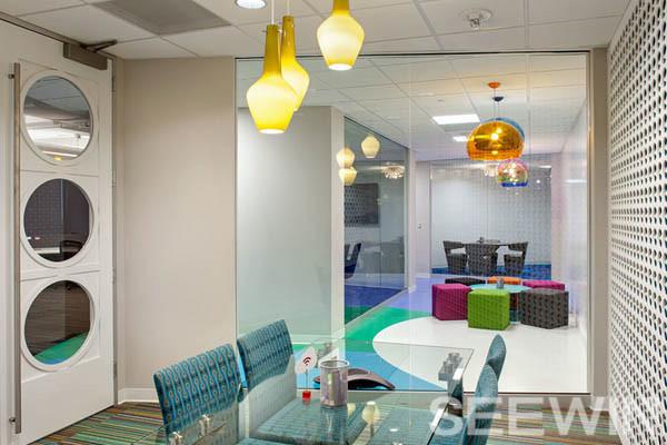 开放式的多元空间打造充满能量和青春动感的办公环境