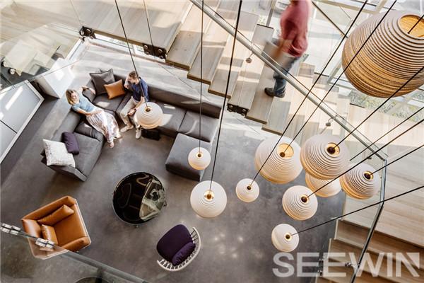 多曲线艺术设计,打造充满活力的时尚办公空间
