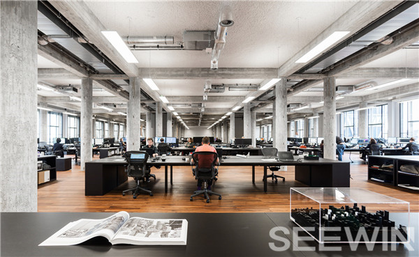 粗犷的大空间与金属办公家具打造不朽的工业美学空间