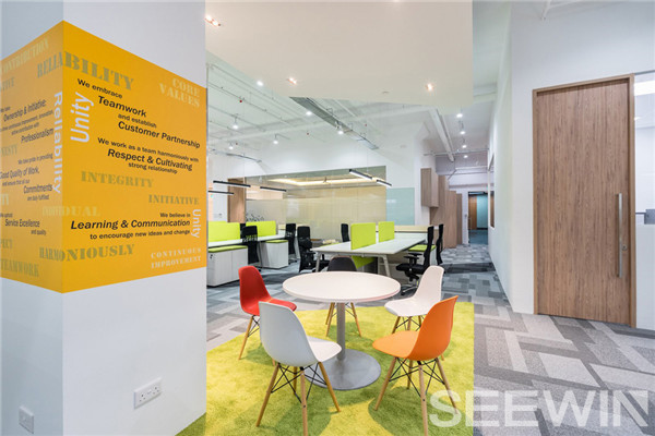 彩绘拼图办公家具给人以强烈视觉惊艳,传递品牌形象。