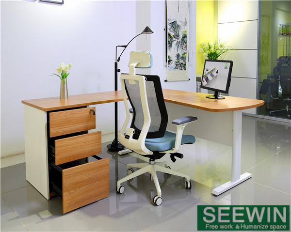 选择办公室家具时需要注意椅脚、皮料、滑道等材料问题