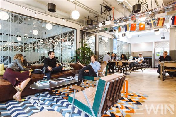 WeWork联合办公空间,定制办公家具拥有温暖轻松氛围