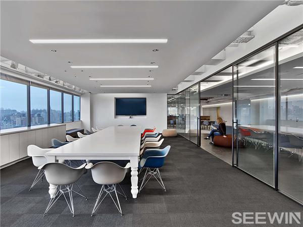 开放式布局营造一个明快,现代的办公空间
